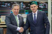 Президент «Ак Барса» Наиль Маганов вручил Дмитрию Квартальнову татарскую тюбетейку.