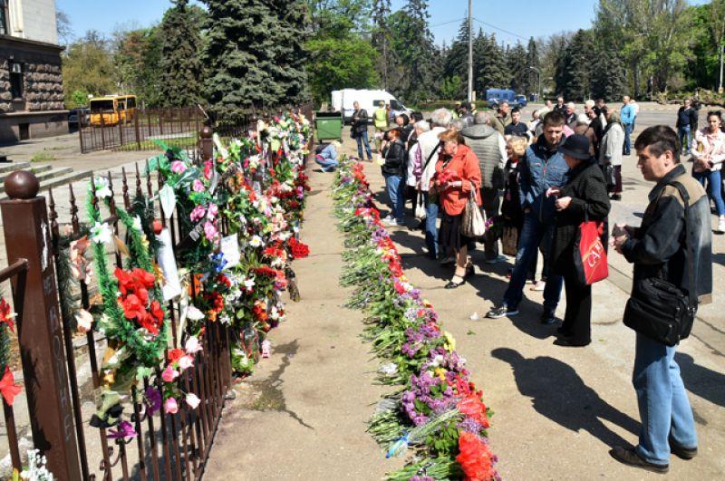 Жители Одессы возлагают цветы на Куликовом поле во время траурных мероприятий.