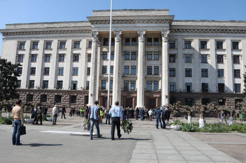 Жители Одессы у Дома профсоюзов во время траурных мероприятий.