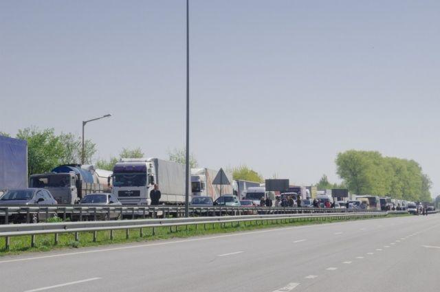 Активисты в Житомирской области на час перекрыли дорогу на Киев