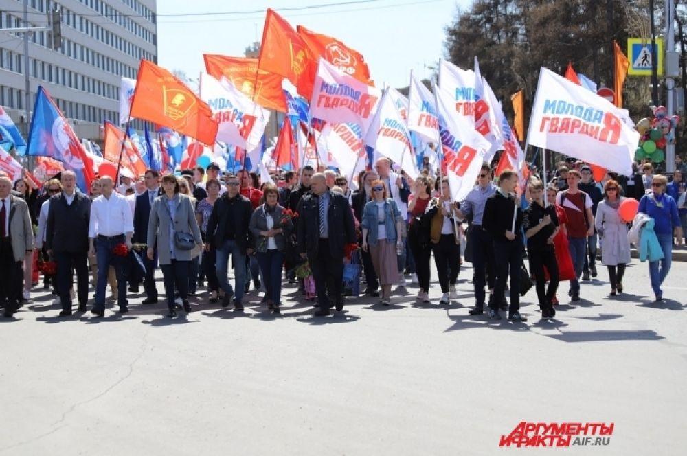 После митинга колонна прошла по центральным улицам города к мемориалу «Вечный огонь».