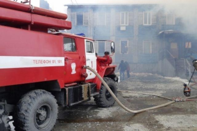 При пожаре в Салехарде из горящего дома эвакуировали 30 человек