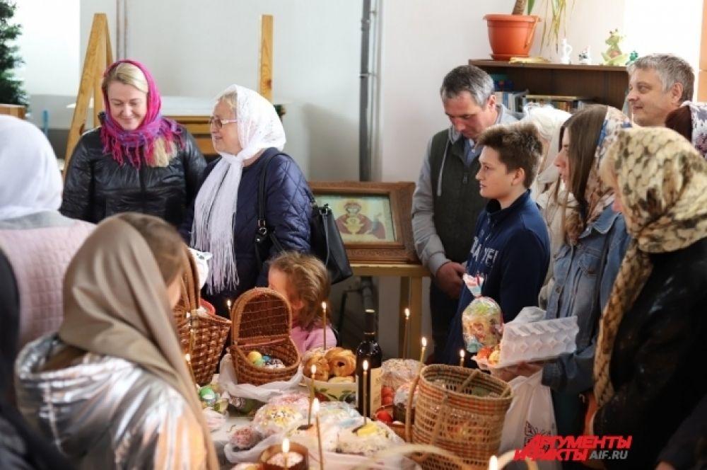В этот день во всех храмах, соборах и церквях происходит освящение куличей и других продуктов.