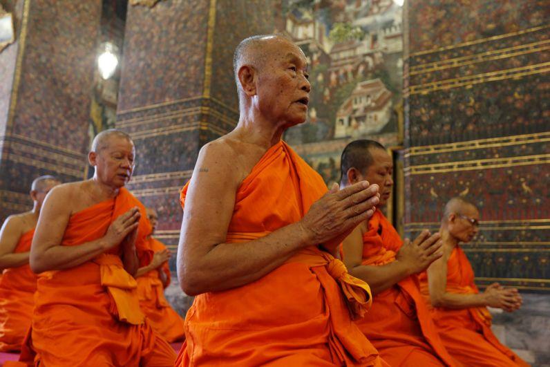 Буддийские монахи молятся во время церемонии коронации Рамы Х.