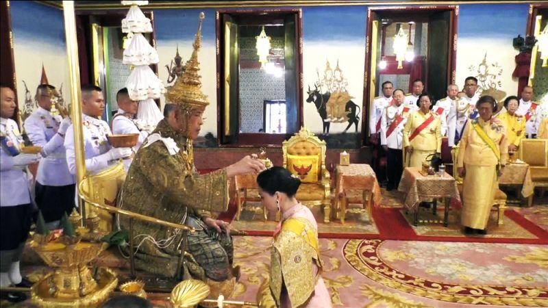 Король Маха Ватчиралонгкон и королева Суттхида Ватчиралонгкон во время церемонии коронации.