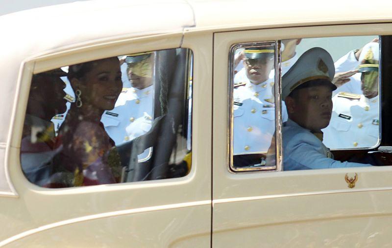 Маха Ватчиралонгкон с супругой прибывает в Большой дворец на церемонию коронации.