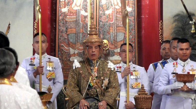 Маха Ватчиралонгкон в короне династии Чакри.