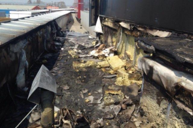 Возгорание началось на кровле снаружи здания.