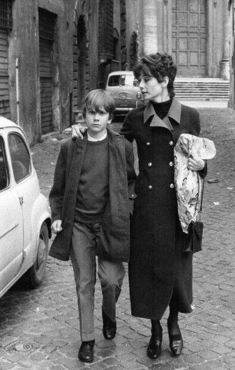 Одри Хепберн со старшим сыном Шоном. Сразу после завершения активной кинокарьеры, Одри решила вернуть долг ЮНИСЕФ, которые когда-то спасли ее от смерти и стала работать послом доброй воли этой организации.