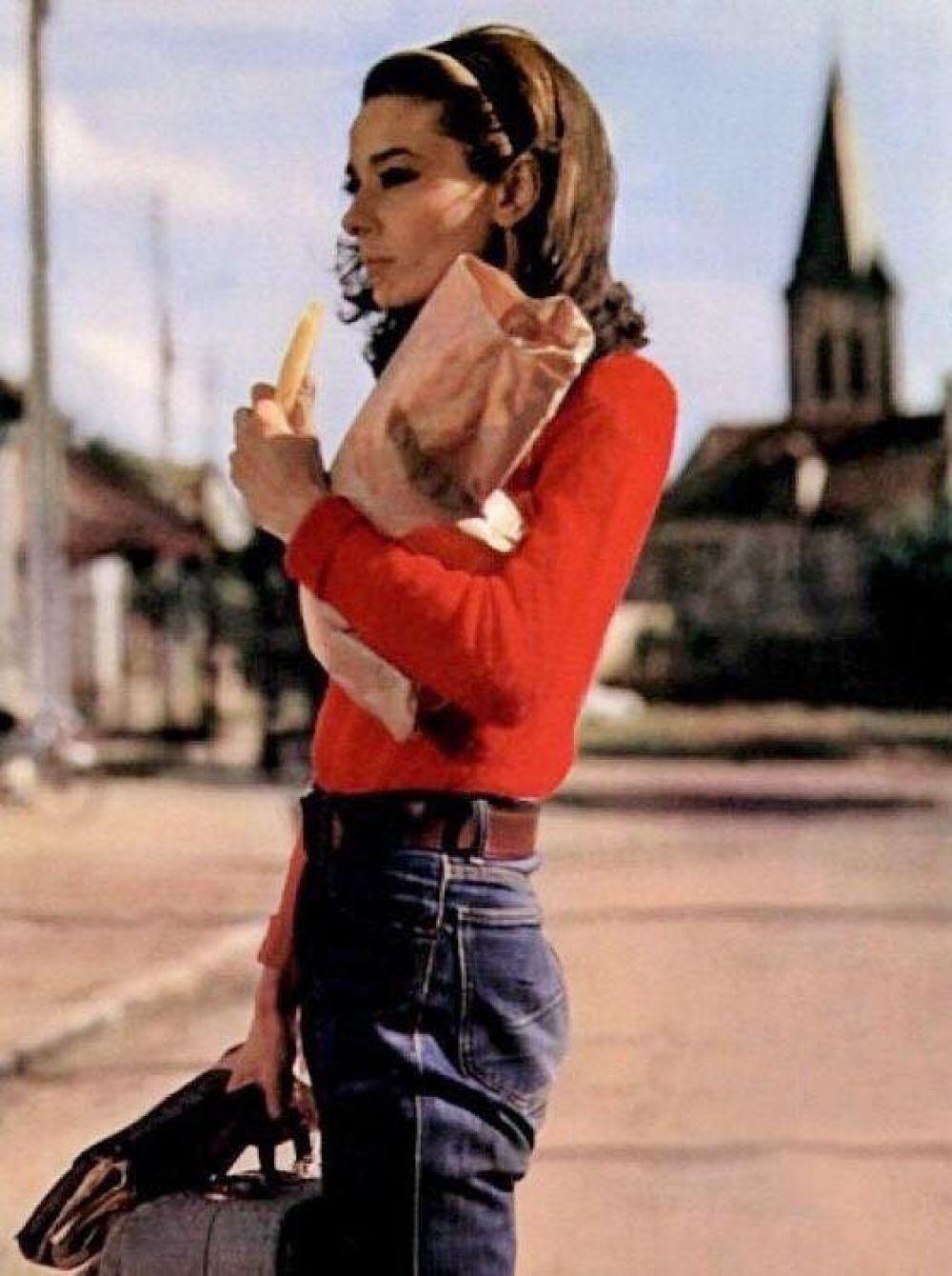 """Еще одна интересная роль Одри Хепберн состоялась в кино в 1967 году, когда на экраны вышел фильм """"Двое в пути"""", в котором рассказывалась история семейной пары на грани развода. В это же время Одри Хепберн становится настоящей иконой стиля благодаря фотосессиям в журналах и дизайнерским показам."""