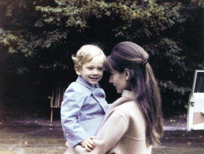 Отношение Одри Хепберн к детям было таковым, что она была готова отдавать им всю свою любовь и не требовать ничего взамен. Вот эта привычка - отдавать, не требуя взамен, была главным жизненным кредо актрисы.