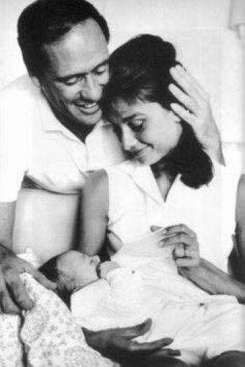 С юности Одни Хепберн мечтала о большой семье и детях. Мечта был столь сильной, что со своим первым молодым человеком актриса рассталась, узнав, что тот не может иметь детей. С Мелом Ферррером Одри была абсолютно счастлива - в 1960 году на свет появился сын Шон - первенец Одри. Но несмотря на схожесть характеров, крепкая семья развалилась в 1986 году