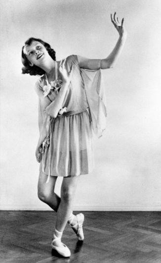 Звезда Одри Хепберн сегодня так ярко светит нам с небосклона, что никто и не догадывается о том, как в юности Одри пришлось взять псевдоним Эдда ван Хеемстра (по имени матери), скрывая от немцев настоящее имя и танцевать, собирая средства для подполья. Но это так - в юности Одри танцевала, недоедала и в 1945 году даже заболела из-за недоедания.