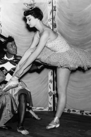 Балет был главным увлечением Одри вплоть до ее 25-летия. После войны Одри Хепберн переехала в Амстердам и занималась у прославленной Мари Рамберт. Однако, карьере танцовщицы помешал не в меру высокий рост Одри - из-за этого у будущей звезды были проблемы с координацией и прыжками, а еще многие мужчины-танцоры были ниже ее ростом. Именно поэтому Одри обратила свой взгляд сначала на театр, получив главную роль  постановке