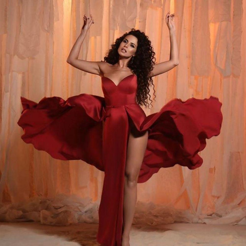 Красный, яркий и страстный наряд: Настя Каменских в этом платье такая обворожительная.