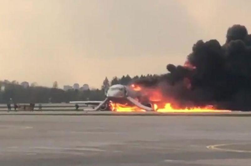Горящий самолет Sukhoi Superjet 100 на летном поле Шереметьево.