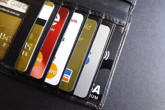 Мошенники продавали чужие кредитки.