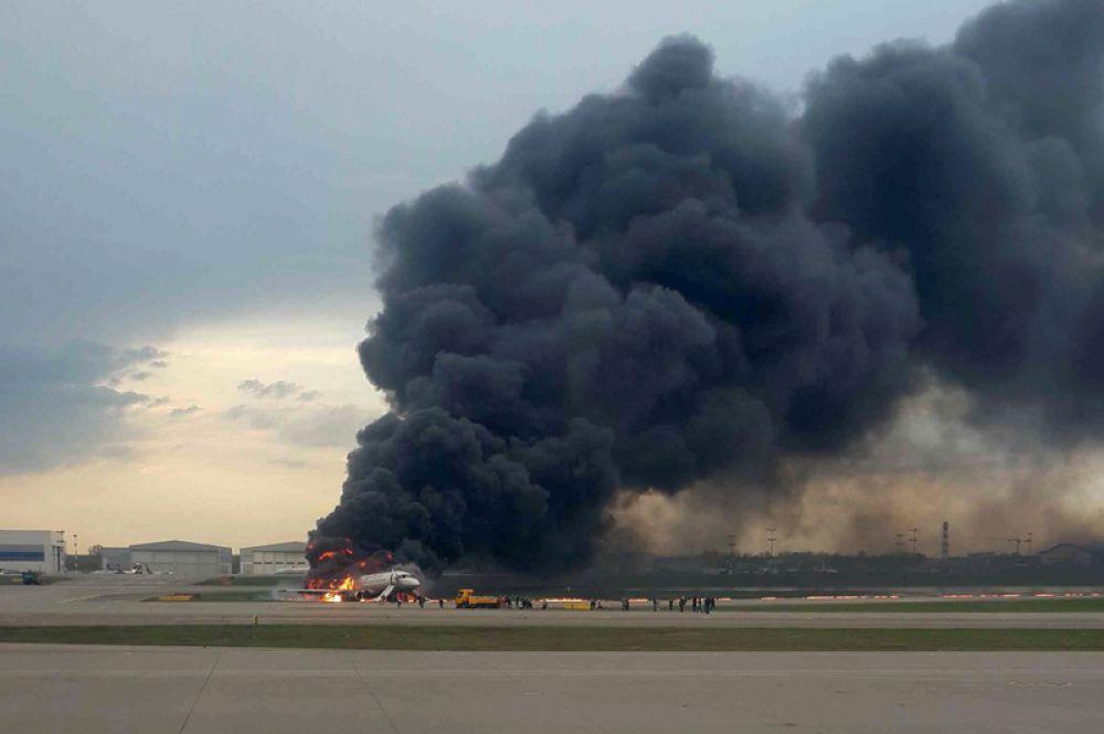 Тушение пожара в самолете Sukhoi Superjet 100 в Шереметьево.