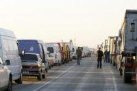 Очереди из сотен автомобилей образовались в пограничных пунктах пропуска с Венгрией и Словакией.