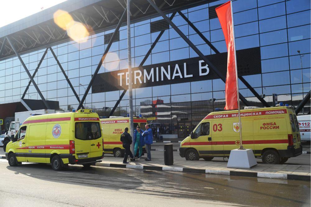 Автомобили скорой помощи у аэропорта Шереметьево.