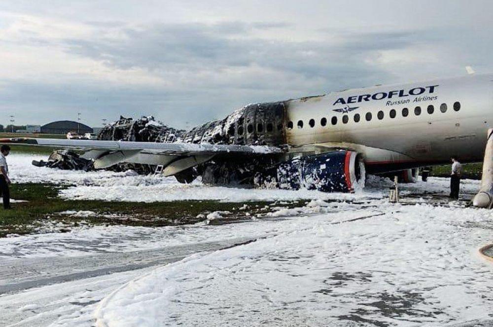 Обгоревший фюзеляж самолета на летном поле в аэропорту Шереметьево.