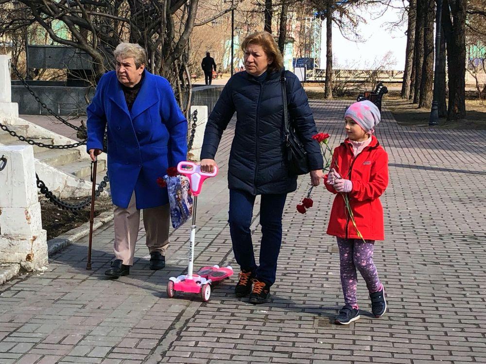 Некоторые приходят с детьми, чтобы возложить цветы.