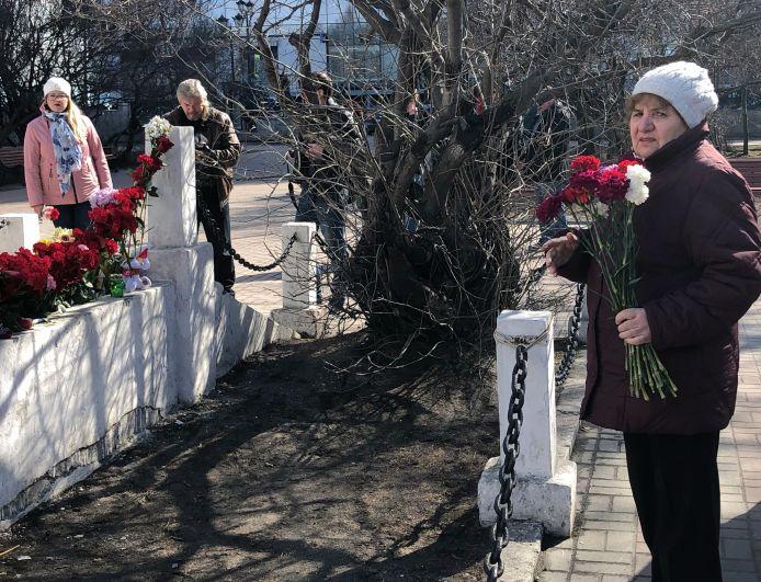 Вместе с возложением цветов многие шепчут молитвы за упокой души погибших.