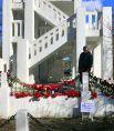 Гвоздики в память о погибших при пожаре в Шереметьево.