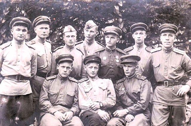 Командир взвода Николай Назымок во втором ряду третий справа.