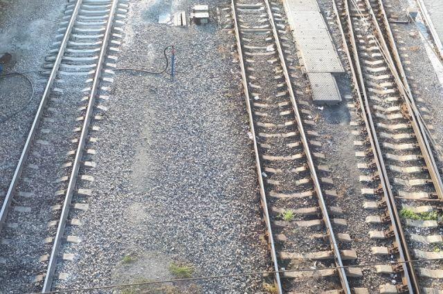 Тюменка попала под грузовой поезд и отделалась переломом голени