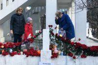 Жители Мурманска несут цветы и зажигают свечи в память о погибших в Шереметьево.