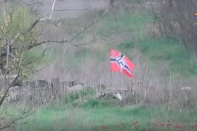 Нацистский флаг над украинскими позициями в Марьинке. Пресс-служба УНМ ДНР.
