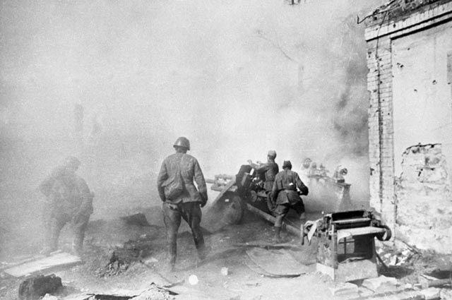 Оборона Сталинграда. Артиллерийский расчет ведет огонь. 1942 г.