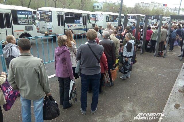 Оренбуржцы едут на кладбища, чтобы помянуть родных