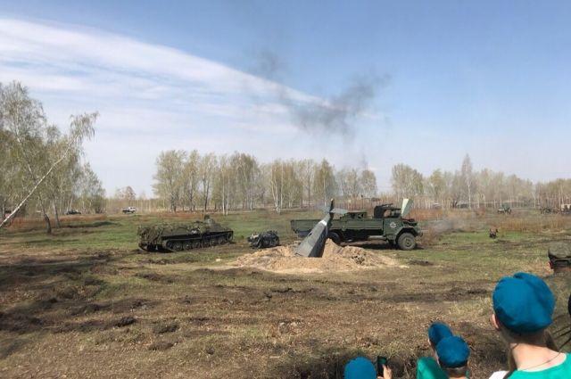 В реконструкции боя была использована техника военных лет.
