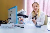 Сотрудники МФЦ помогут посетителям правильно заполнить документы.