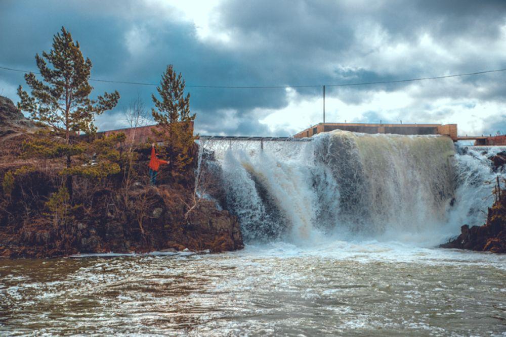 Первый интересный объект на нашем маршруте – Карпысакский водопад. Это – излюбленное место спортсменов-водников, которые прыгают с водопада на каяках и катамаранах.
