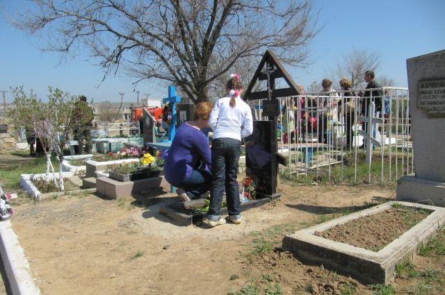 Жители идут к местам захоронений, чтобы помянуть своих родных и близких.