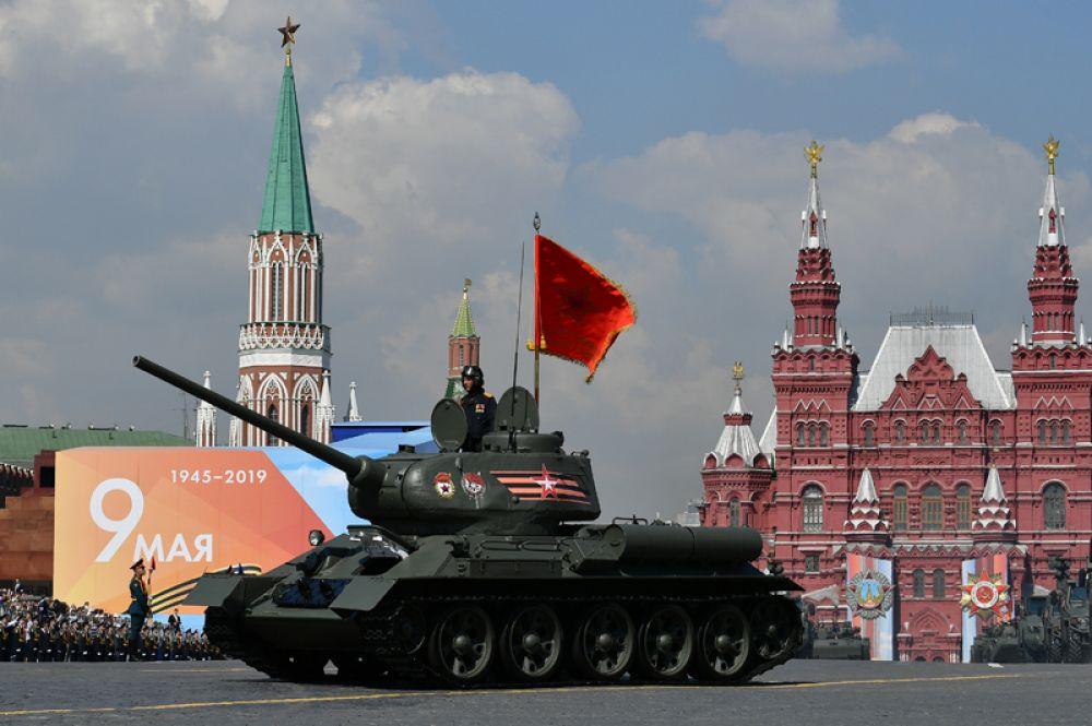 Танк Т-34-85 на генеральной репетиции военного парада на Красной площади, посвящённого 74-й годовщине Победы в Великой Отечественной войне.