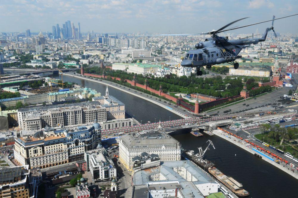 Многоцелевой вертолет Ми-8 над Москвой во время генеральной репетиции военного парада, посвящённого 74-й годовщине Победы в Великой Отечественной войне.