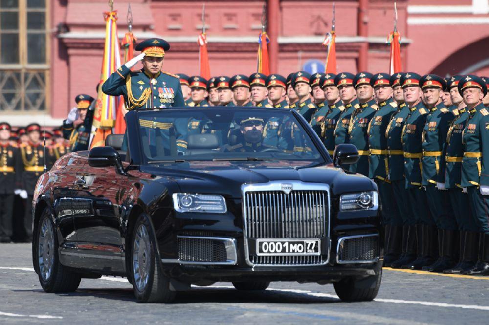 Министр обороны РФ Сергей Шойгу на автомобиле Aurus Senat.