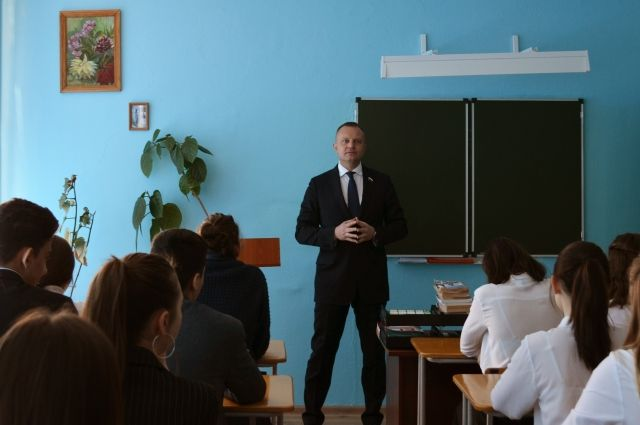 Иван Сухарев на встрече с учащимися.