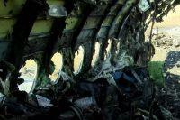 Обгоревший фюзеляж самолета.