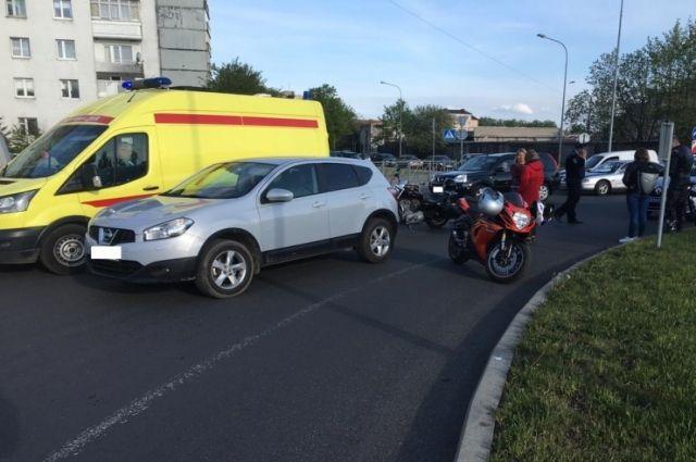 В Калининграде мотоциклист упал на круговой развязке и получил травмы