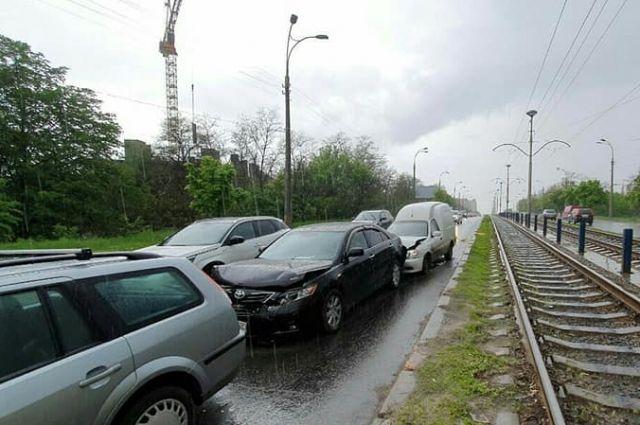 Масштабная авария: в Киеве пять авто из-за ямы попали в ДТП
