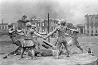 Разрушенный памятник играющим детям на вокзальной площади в Сталинграде после налета немецкой авиации. 1942 г.