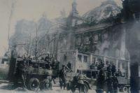 На фоне рейхстага фотографировались все дошедшие до Берлина, в том числе и Иван Рогинцев.