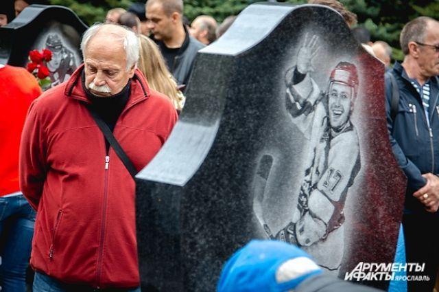 Отец Леонид Ткаченко на могиле сына.