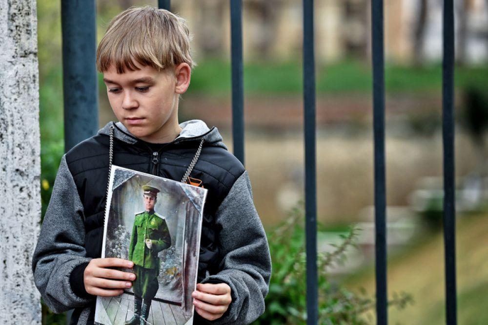 Мальчик с портретом родственника на шествии «Бессмертного полка» в Риме.