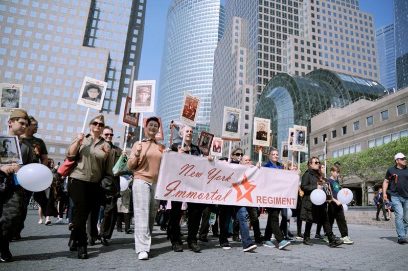 Шествие «Бессмертного полка» по улицам Нью-Йорка.